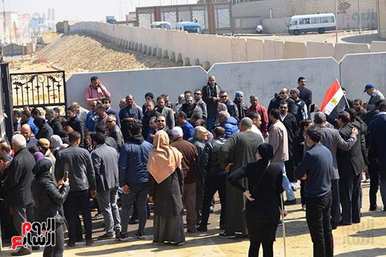 تشريفات أمنية بمدخل مسجد المشير لانتظار تشيع جثمان مبارك (2)