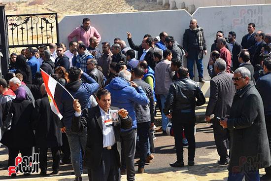 تشريفات أمنية بمدخل مسجد المشير لانتظار تشيع جثمان مبارك (25)