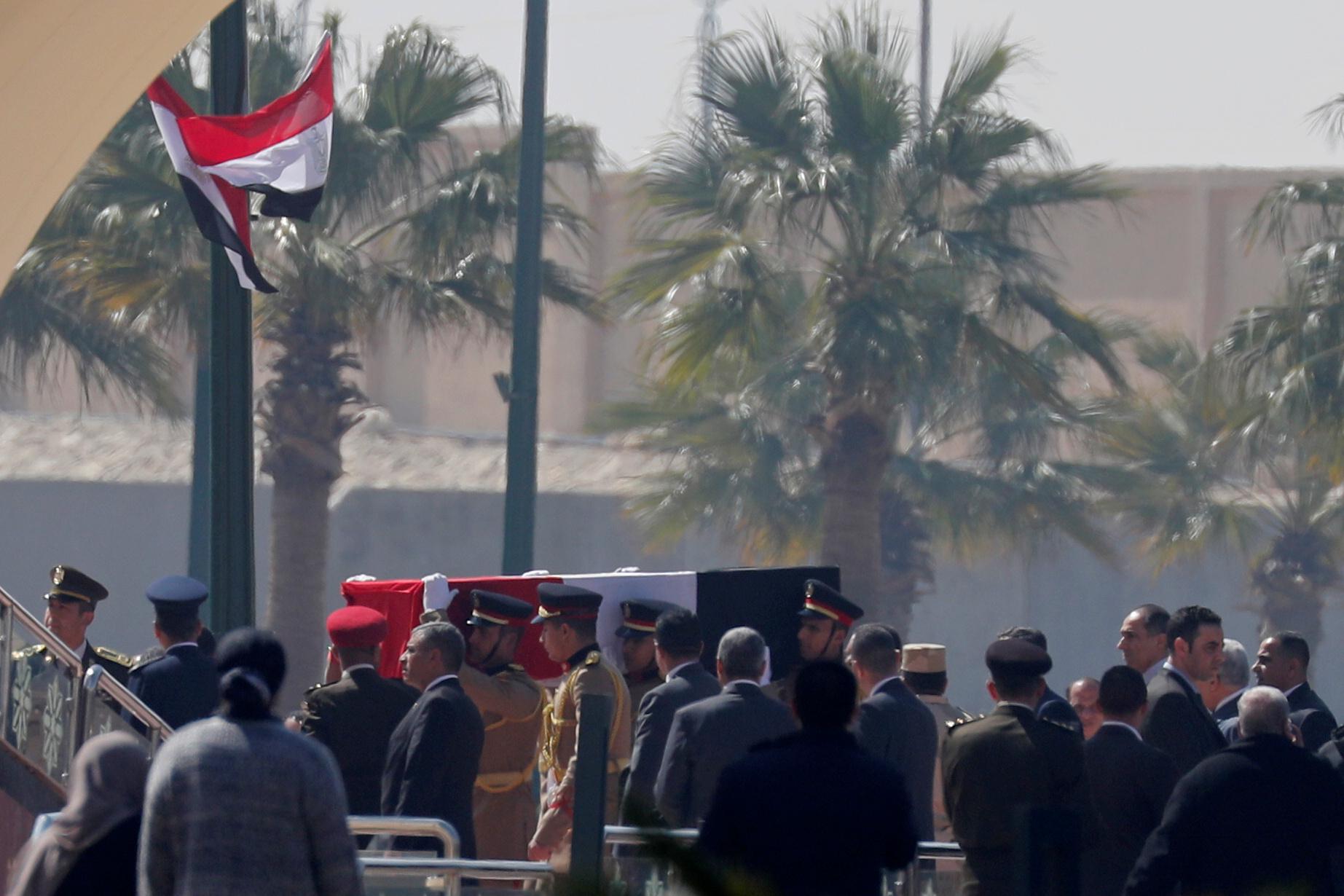 أول صورة لجثمان الرئيس الأسبق داخل مسجد المشير