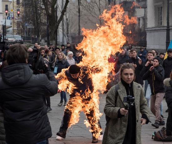 النيران تلتهم ملابس الرجل