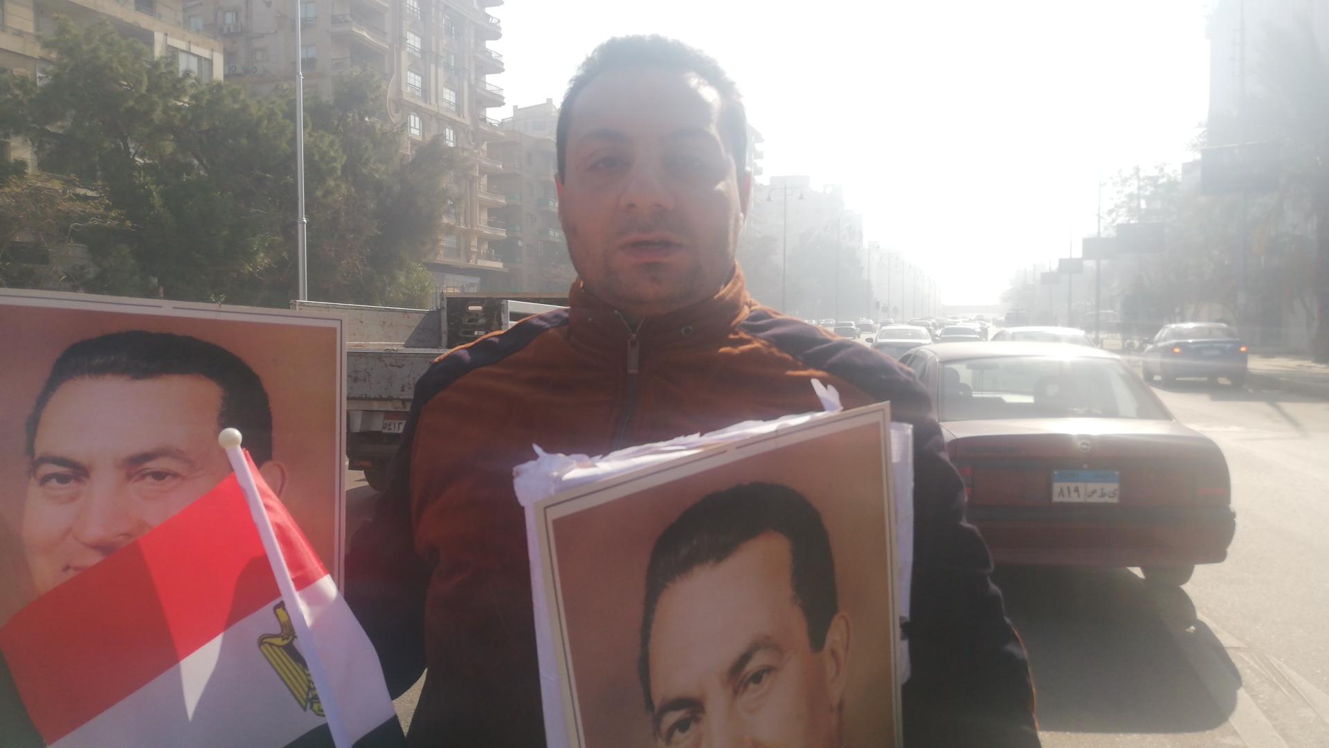 انتشار لباعة صور مبارك بمحيط مجمع الجلاء قبل خروج الجثمان (5)