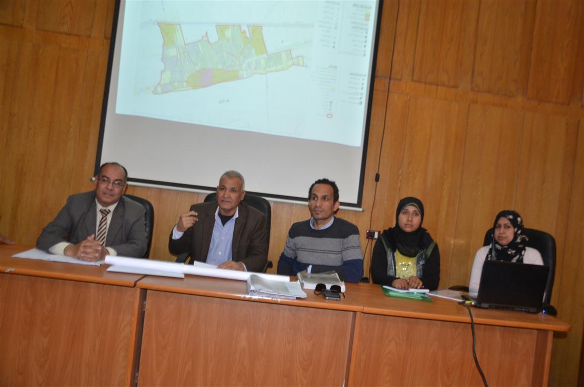 رئيس مدينة إسنا وقيادات التخطيط يناقشون المخطط الإستراتيجى للمدينة (1)