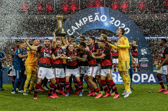 لاعبو فلامينجو يحملون كأس سوبر أمريكا الجنوبية