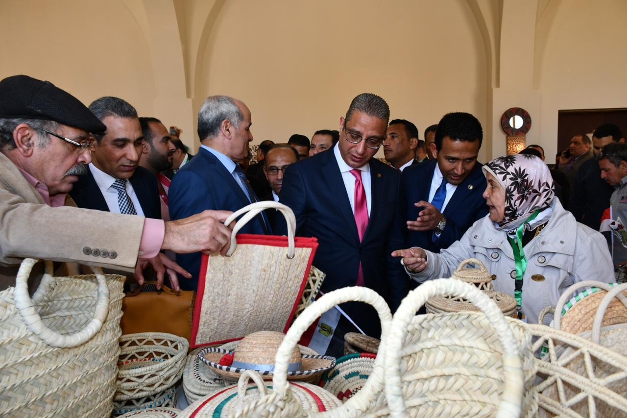 محافظ الفيوم ونائب وزير السياحة بمعرض الحرف اليدوية (1)