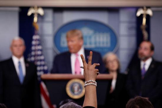 مراسلة ترفع يدها بينما يجيب الرئيس الأمريكي دونالد ترامب على سؤال خلال مؤتمر صحفي حول تفشي فيروس كورونا
