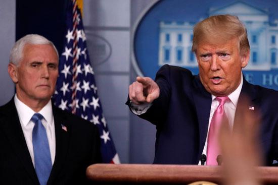 يجيب الرئيس ترامب على سؤال بجانب نائب الرئيس مايك بينس خلال مؤتمر صحفي حول تفشي فيروس كورونا