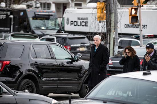 رئيس بلدية ميلووكي توم باريت يصل بالقرب من مكان إطلاق النار في مقر شركة مولسون كورس