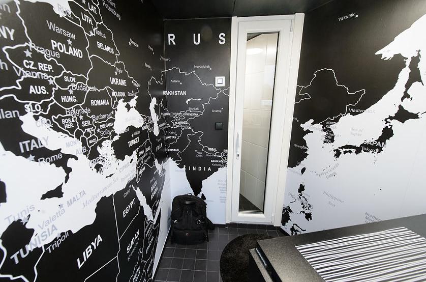 خريطة على جدران المنزل