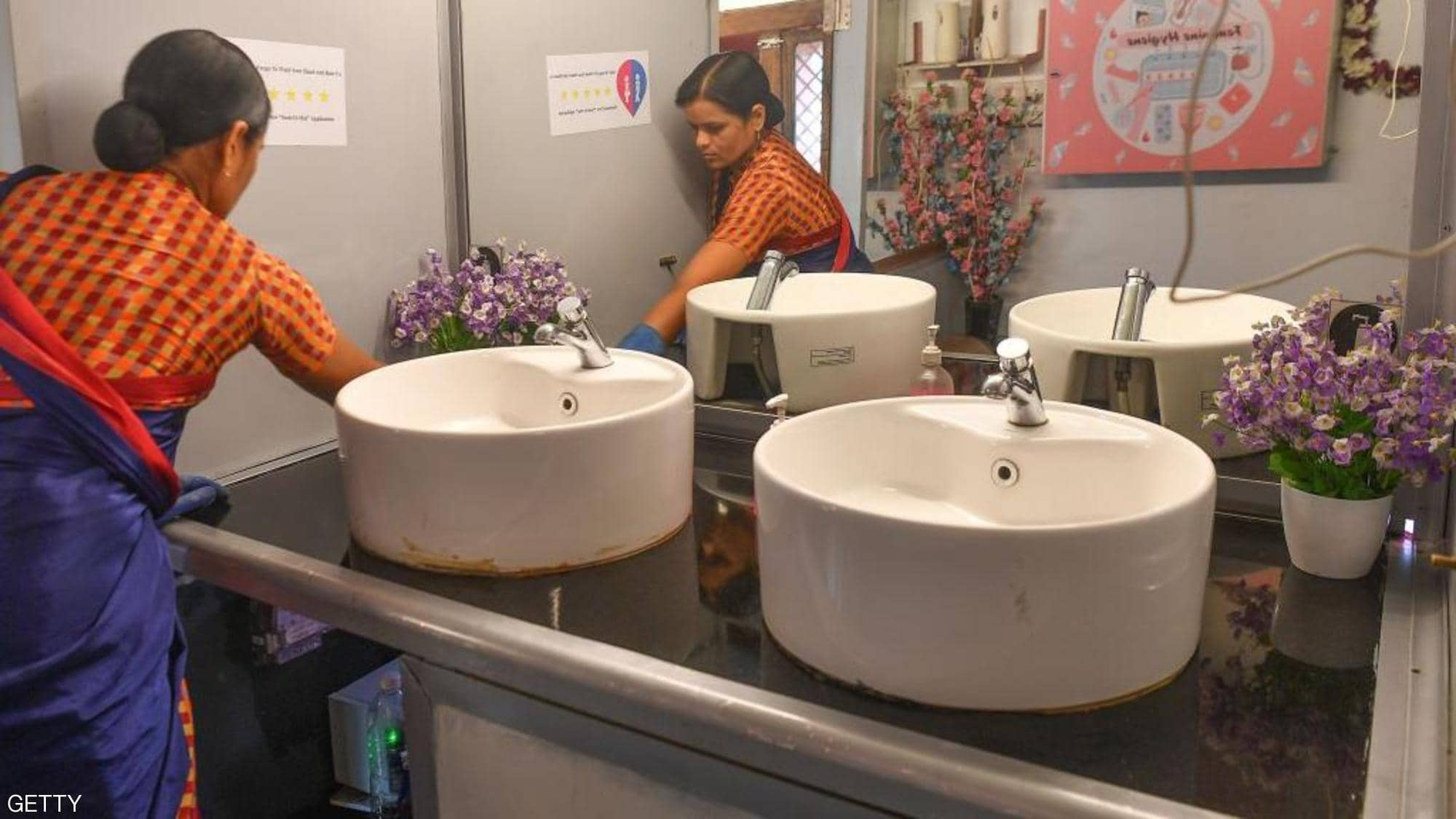 مراحيض للنساء فى الأتوبيسات القديمة بالشوارع