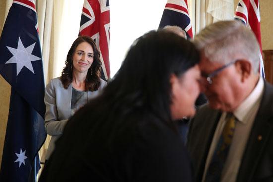 جاسيندا-تتابع-تحية-وزيرتها-ووزير-أسترالى-عقب-التوقيع-على-اتفاقية