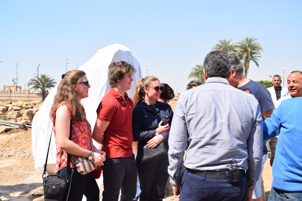 وزير الآثار يلتقي بوفد سياحى بلجيكى داخل معبد الأقصر (1)