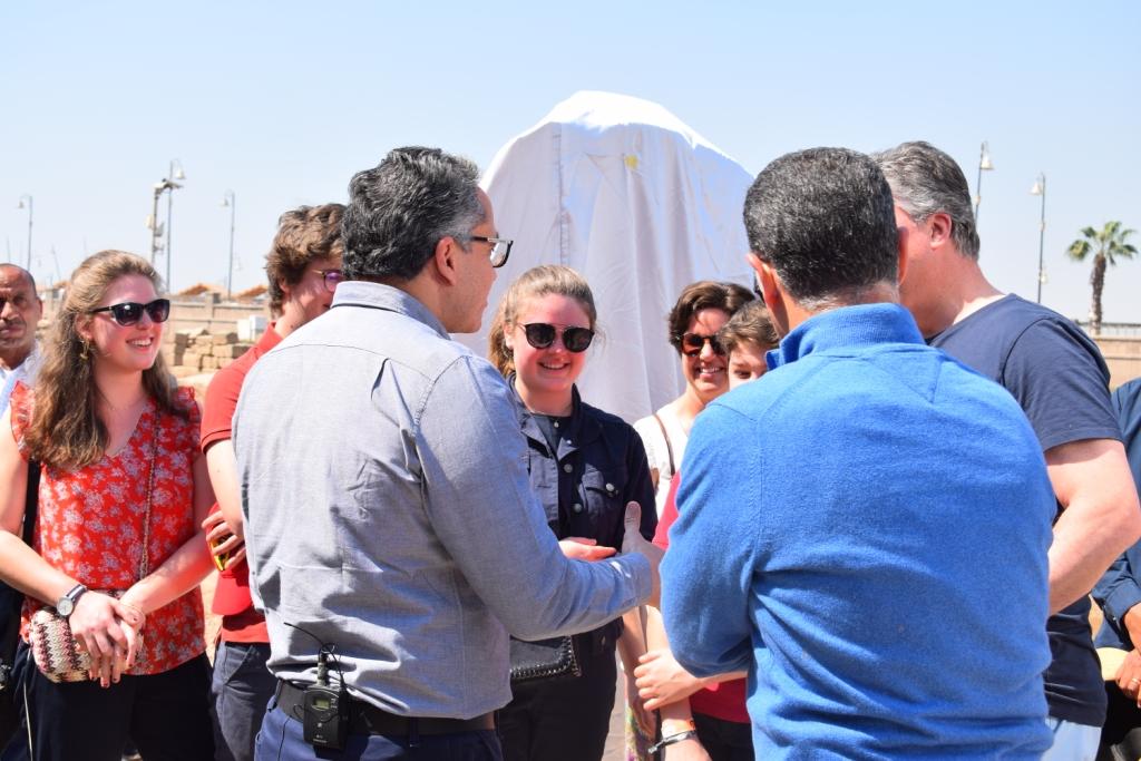 وزير الآثار يلتقي بوفد سياحى بلجيكى داخل معبد الأقصر (2)