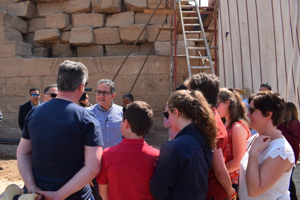 وزير الآثار يلتقي بوفد سياحى بلجيكى داخل معبد الأقصر (4)