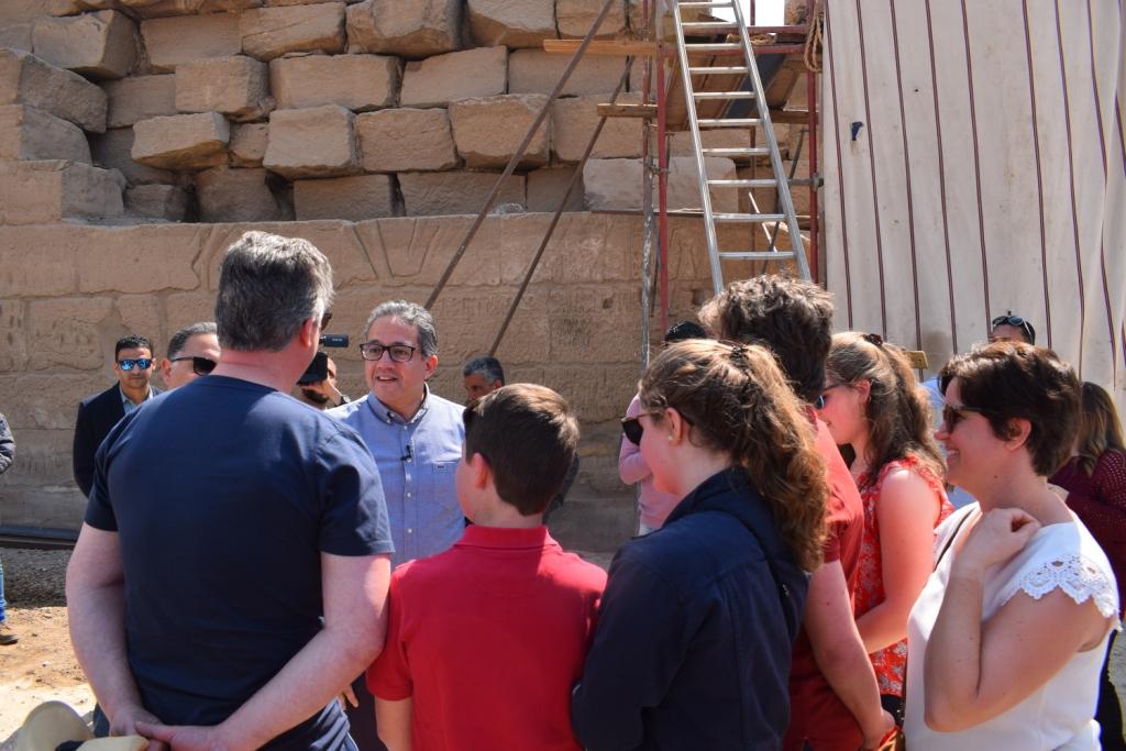 وزير الآثار يلتقي بوفد سياحى بلجيكى داخل معبد الأقصر (3)