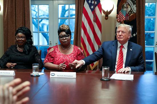 الرئيس-الأمريكى-يمسك-بيد-إحدى-القيادات-الأمريكية-من-ذوى-الأصول-الإفريقية