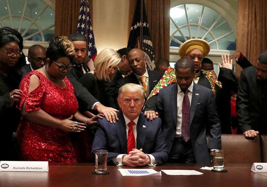 ترامب-يصلى-بحضور-القيادات-الأمريكية