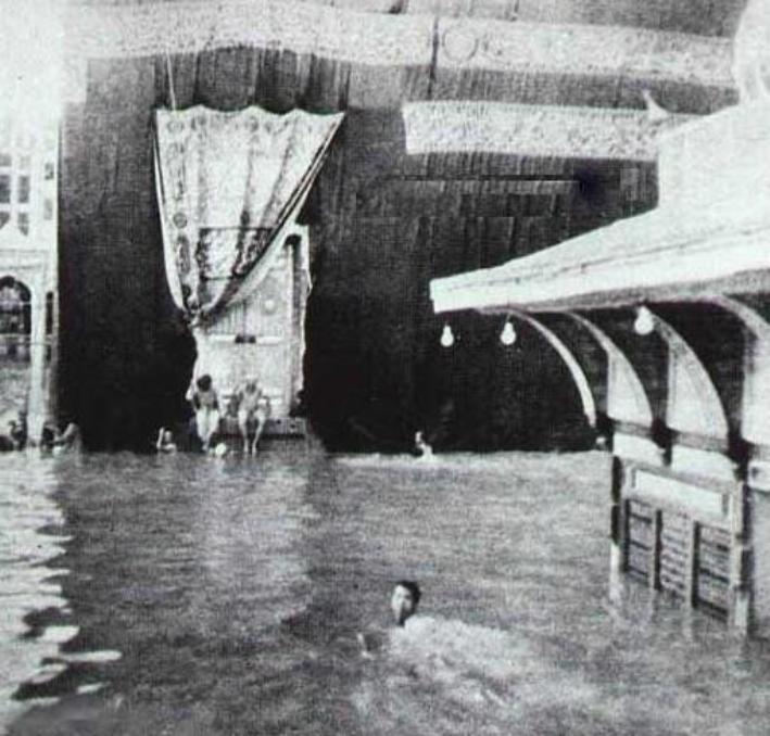 صورة-أيضا-توضح-السيل-الذي-دخل-الحرم-عام-1376هـ