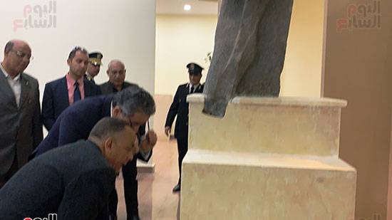 وزير السياحة والآثار يتفقد المتحف وقاعة العرض (1)