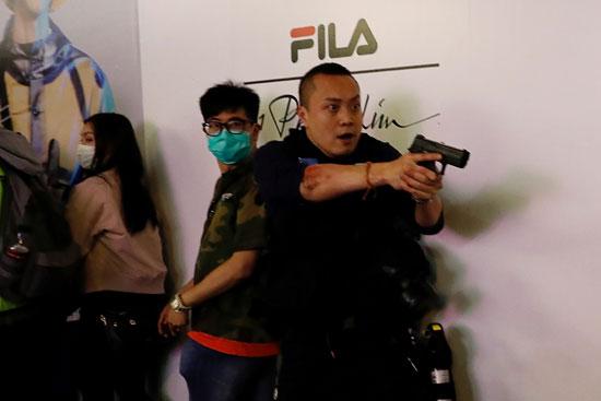 شرطة يوجه سلاحه