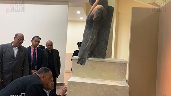 وزير السياحة والآثار يتفقد المتحف وقاعة العرض (2)