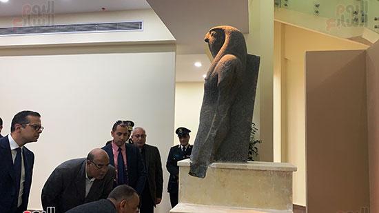 وزير السياحة والآثار يتفقد المتحف وقاعة العرض (4)