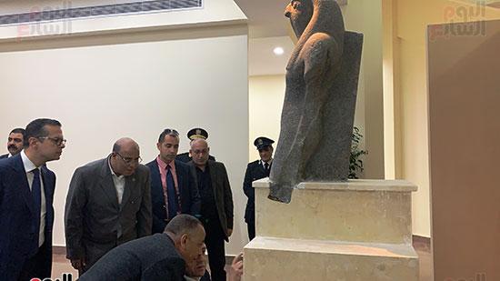 وزير السياحة والآثار يتفقد المتحف وقاعة العرض (3)