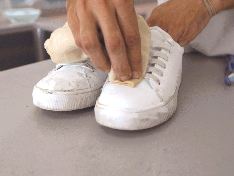 مسح الحذاء بأى من المكونات السابقة