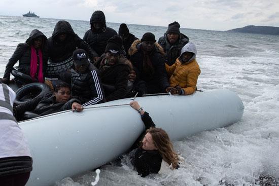 تحطمت متطوعة تحت زورق بينما يصل مهاجرون من البلدان الأفريقية