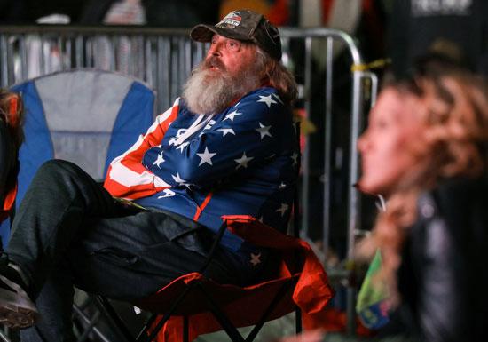 احد المؤيدين يرتدى العلم