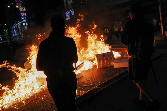 اشتعال النيران فى شوارع هونج كونج