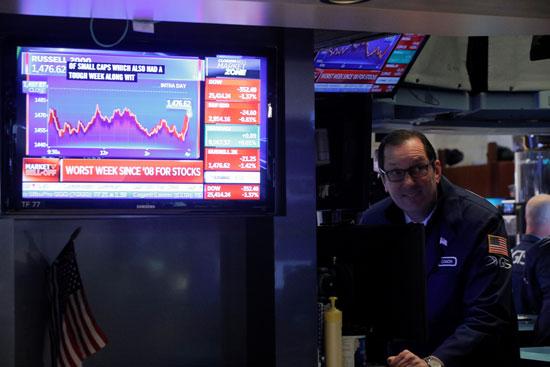 يعرض برنامج تلفزيوني أرقام اليوم كرجل يعمل على أرضية بورصة نيويورك للأوراق المالية