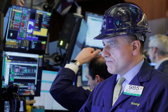 متداول يرتدي خوذة وهو يعمل على الأرض في بورصة نيويورك للأوراق المالية