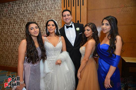 العروسين مع الحضور