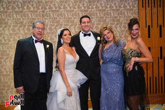 العروسين مع الحضور (3)