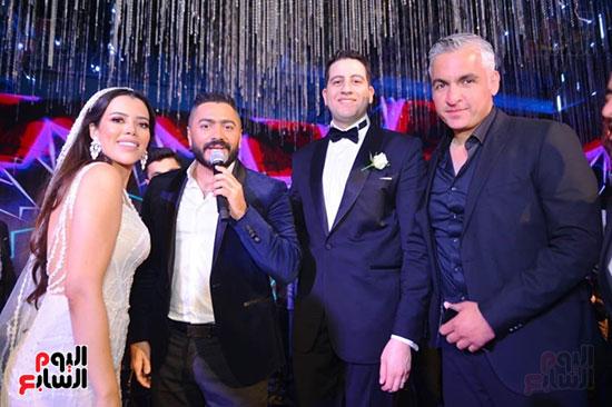 الإعلامى سيف زاهر مع العروسين