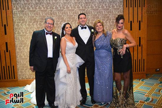 العروسين مع الحضور (2)