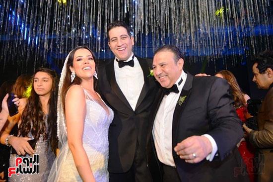 رجل الأعمال إيهاب طلعت مع العروسين