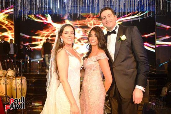 الفنانة روبى مع العروسين
