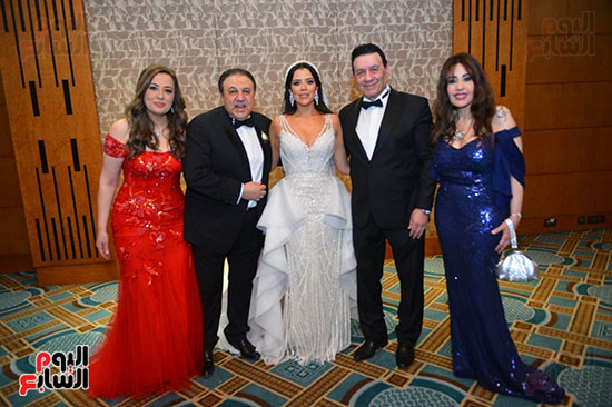العروسة مع أفراد الأسرة