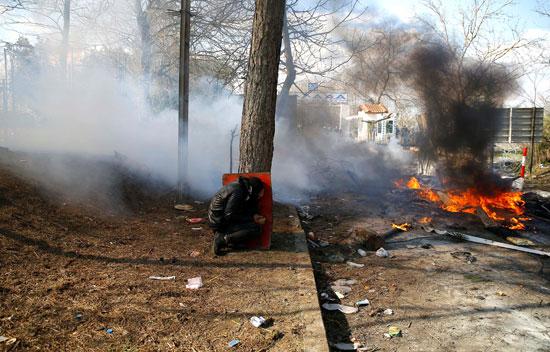يتستر أثناء المصادمات مع الشرطة اليونانية