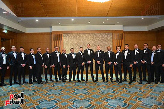 العريس مع أصدقائه والحضور