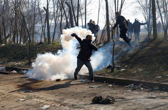 يحاول إلقاء القنبلة على الشرطة اليونانية