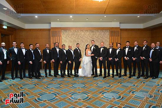 العروسة والعريس مع الحضور
