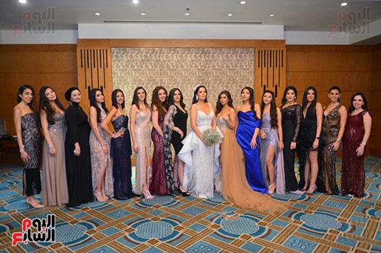 العروسة مع أصدقائها والحضور
