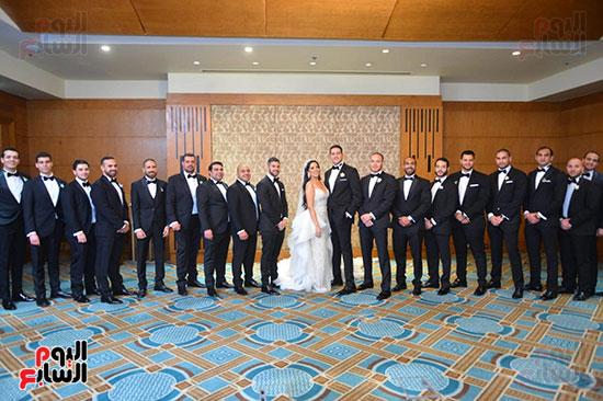 العروسة والعريس مع الحضور (2)