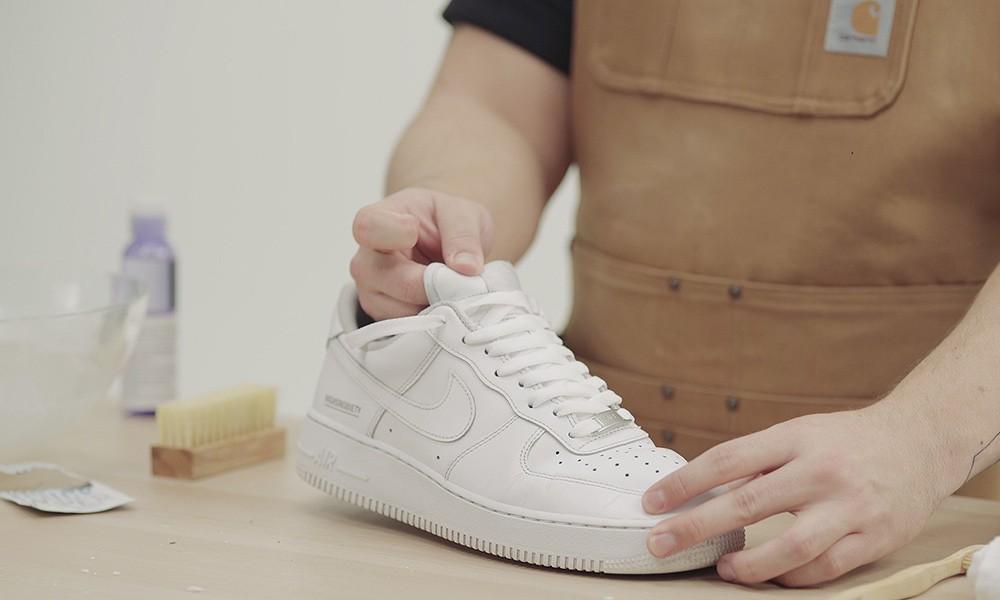 مسح الحذاء بالفازلين