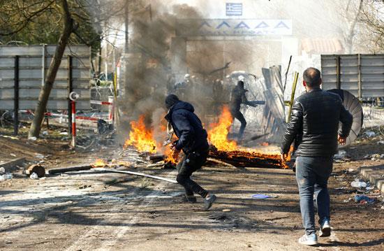 مهاجرون يفرون من الشرطة اليونانية