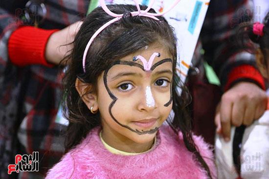 طفلة فى جناح الطفل بالمعرض
