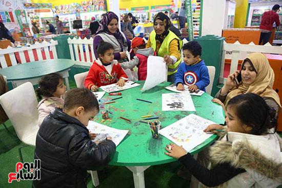 مشاركة الأطفال بورش الرسم والتلوين