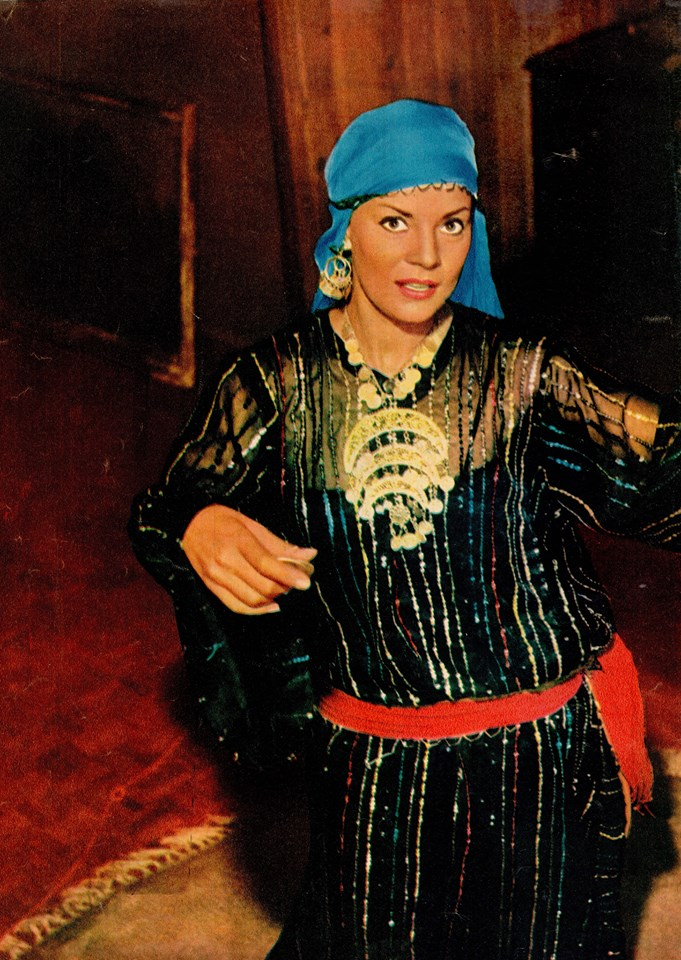 نادية لطفى ببدلة رقص